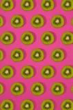 Σχέδιο του ακτινίδιου Τοπ άποψη του τεμαχισμένου ακτινίδιου στο ρόδινο υπόβαθρο Το ελάχιστο επίπεδο βάζει την έννοια Στοκ φωτογραφίες με δικαίωμα ελεύθερης χρήσης