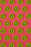 Σχέδιο του ακτινίδιου Τοπ άποψη του τεμαχισμένου ακτινίδιου στο ρόδινο υπόβαθρο Το ελάχιστο επίπεδο βάζει την έννοια Στοκ εικόνα με δικαίωμα ελεύθερης χρήσης