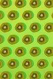 Σχέδιο του ακτινίδιου Τοπ άποψη του τεμαχισμένου ακτινίδιου στο πράσινο υπόβαθρο Το ελάχιστο επίπεδο βάζει την έννοια Στοκ Εικόνες