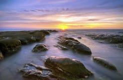 Σχέδιο του βράχου κατά τη διάρκεια του ηλιοβασιλέματος/της ανατολής στην άκρη του Μπόρνεο, Sabah, Mal Στοκ Φωτογραφία