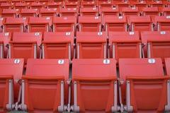 Κενά κόκκινα καθίσματα σταδίων Στοκ εικόνα με δικαίωμα ελεύθερης χρήσης