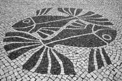 Σχέδιο ψαριών στα πορτογαλικά κεραμίδια οδών μωσαϊκών Στοκ Φωτογραφίες