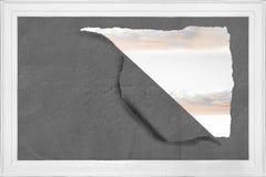 Σχίστε στον τοίχο που παρουσιάζει ουρανό Στοκ Φωτογραφίες