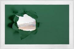 Σχίστε στον τοίχο που παρουσιάζει ουρανό Στοκ φωτογραφία με δικαίωμα ελεύθερης χρήσης