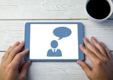 Σχεδιάγραμμα εικονιδίων συνομιλίας στην ταμπλέτα με τα χέρια Στοκ φωτογραφία με δικαίωμα ελεύθερης χρήσης