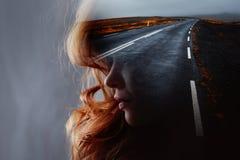 Σχεδιάγραμμα μιας νέας όμορφης γυναίκας και του δρόμου, διπλή έκθεση στοκ φωτογραφία με δικαίωμα ελεύθερης χρήσης