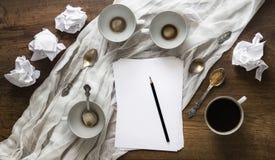 Σχεδιάγραμμα στο μολύβι φύλλων επιτραπέζιου κενό τσαλακωμένο φλυτζάνια εγγράφου κενό Στοκ Φωτογραφία