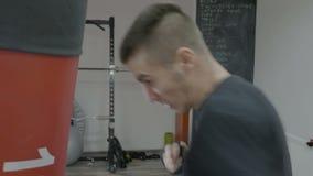 Σχεδιάγραμμα του μικτού αθλητή πολεμικών τεχνών που εγκιβωτίζει τη punching τσάντα που χρησιμοποιεί νευρικά τις γρήγορες μετακινή απόθεμα βίντεο