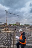 Σχεδιαγράμματα εκμετάλλευσης εργατών οικοδομών σε χαρτί στοκ εικόνα