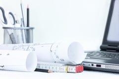 Σχεδιαγράμματα κατασκευής που μετρούν και που σύρουν τα εργαλεία, lap-top, επάνω Στοκ φωτογραφία με δικαίωμα ελεύθερης χρήσης