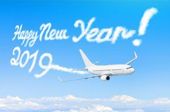 Σχεδιασμός από τον ατμό ατμού αεροπλάνων contrail στο μπλε ουρανό έννοια καλή χρονιά στοκ φωτογραφία με δικαίωμα ελεύθερης χρήσης