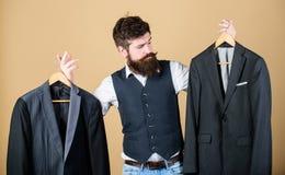 Σχεδιασμός που γίνεται στο κοστούμι μέτρου Επί παραγγελία κοστούμι Πιό couturier ράφτης μόδας ατόμων γενειοφόρος Κομψή εξάρτηση σ στοκ εικόνες
