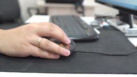 Σχεδιασμός στο ξύλινο γραφείο με Wireframe και τον υπολογιστή φιλμ μικρού μήκους