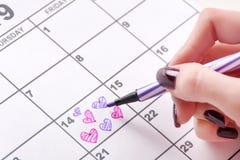 Σχεδιασμός χεριών κοριτσιών και μορφή καρδιών χρωματισμού στο ημερολόγιο για την ημέρα βαλεντίνων με την αισθητή μάνδρα στοκ φωτογραφία με δικαίωμα ελεύθερης χρήσης