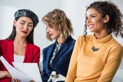 Σχεδιαστές μόδας που εργάζονται με τα σκίτσα Στοκ Εικόνα