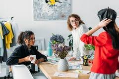 Σχεδιαστές μόδας που εργάζονται με τα σκίτσα Στοκ φωτογραφία με δικαίωμα ελεύθερης χρήσης