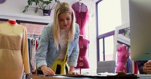Σχεδιαστές μόδας που εργάζονται στο στούντιο 4k μόδας απόθεμα βίντεο