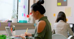 Σχεδιαστές μόδας που εργάζονται στο lap-top στο στούντιο σχεδίου 4k απόθεμα βίντεο