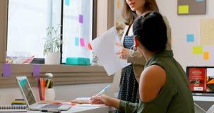 Σχεδιαστές μόδας που εργάζονται στο lap-top στο στούντιο σχεδίου 4k φιλμ μικρού μήκους