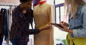 Σχεδιαστές μόδας που μετρούν το φόρεμα στις μοδίστρες πρότυπο 4k απόθεμα βίντεο