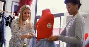 Σχεδιαστές μόδας που ντύνουν τις μοδίστρες πρότυπο 4k απόθεμα βίντεο