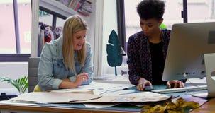 Σχεδιαστές μόδας που συζητούν στο γραφείο 4k απόθεμα βίντεο