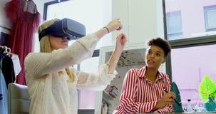 Σχεδιαστές μόδας που χρησιμοποιούν την κάσκα και τη γραφική ταμπλέτα 4k εικονικής πραγματικότητας απόθεμα βίντεο
