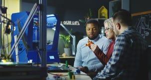 Σχεδιαστές που διοργανώνουν τη συζήτηση στο εργαστήριο εφαρμοσμένης μηχανικής απόθεμα βίντεο