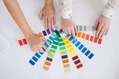 Σχεδιαστές που επιλέγουν τη σκιά του χρώματος Στοκ φωτογραφία με δικαίωμα ελεύθερης χρήσης