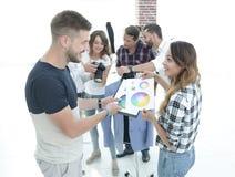 Σχεδιαστές που συζητούν την παλέτα χρώματος στο στούντιο Στοκ εικόνα με δικαίωμα ελεύθερης χρήσης