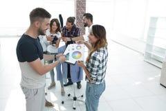 Σχεδιαστές που συζητούν την παλέτα χρώματος στο στούντιο Στοκ φωτογραφίες με δικαίωμα ελεύθερης χρήσης
