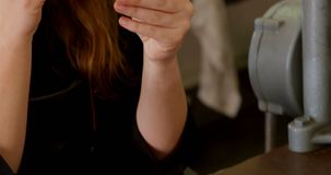 Σχεδιαστής κοσμήματος που εξετάζει το κόσμημα 4k απόθεμα βίντεο
