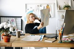 Σχεδιαστής με τα σκίτσα στον εργασιακό χώρο Στοκ φωτογραφία με δικαίωμα ελεύθερης χρήσης