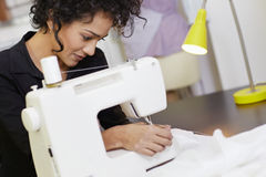 Σχεδιαστής μόδας με τη ράβοντας μηχανή Στοκ Φωτογραφία