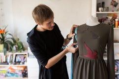 Σχεδιαστής μόδας με το ομοίωμα που κάνει το φόρεμα στο στούντιο Στοκ φωτογραφία με δικαίωμα ελεύθερης χρήσης
