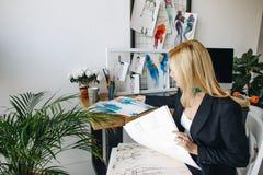 Σχεδιαστής μόδας που εργάζεται με τα σκίτσα Στοκ φωτογραφία με δικαίωμα ελεύθερης χρήσης