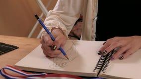 Σχεδιαστής μόδας που σκιαγραφεί στο στούντιο φιλμ μικρού μήκους
