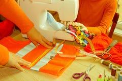 Σχεδιαστής μόδας, τοποθέτηση ραφτών γυναικών στον εργασιακό χώρο της με την περικοπή Στοκ εικόνες με δικαίωμα ελεύθερης χρήσης
