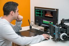 Σχεδιαστής νεαρών άνδρων που χρησιμοποιεί την ταμπλέτα γραφικής παράστασης για την τηλεοπτική έκδοση Στοκ εικόνα με δικαίωμα ελεύθερης χρήσης