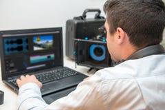 Σχεδιαστής νεαρών άνδρων που χρησιμοποιεί την ταμπλέτα γραφικής παράστασης για την τηλεοπτική έκδοση Στοκ φωτογραφία με δικαίωμα ελεύθερης χρήσης