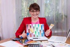 Σχεδιαστής που παρουσιάζει παλέτα χρώματος στοκ εικόνες