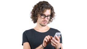 Σχεδιαστής στο σερφ γυαλιών, που κοιτάζει βιαστικά σε Smartphone Στοκ φωτογραφίες με δικαίωμα ελεύθερης χρήσης