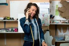 Σχεδιαστής Faschion που μιλά στο τηλέφωνο στο εργαστήριο Στοκ Φωτογραφίες