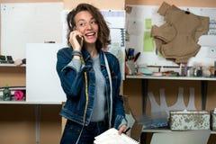 Σχεδιαστής Faschion που μιλά στο τηλέφωνο Στοκ Εικόνα