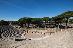 Σχεδόν πλήρες ρωμαϊκό θέατρο στο antica Ostia Θέση δράματος Στοκ εικόνα με δικαίωμα ελεύθερης χρήσης