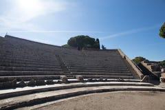 Σχεδόν πλήρες ρωμαϊκό θέατρο στο antica Ostia Θέση δράματος Στοκ Φωτογραφία