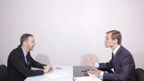 Σχετικά με την επαφή εμείς έννοια στην οπτική οθόνη πίεση κουμπιών επιχειρηματιών φιλμ μικρού μήκους