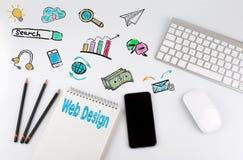 σχετικές λέξεις Ιστού σχεδίου έννοιας Πίνακας γραφείων γραφείων με τον υπολογιστή, Smartphone, σημειωματάριο, μολύβια Στοκ Εικόνα