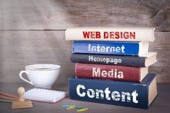 σχετικές λέξεις Ιστού σχεδίου έννοιας Σωρός των βιβλίων στο ξύλινο γραφείο Στοκ Εικόνες