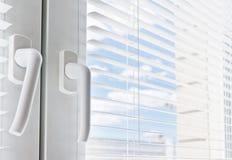 σχεδίου άσπρο παράθυρο γριλληών παραθύρου στοιχείων εσωτερικό Στοκ Φωτογραφία